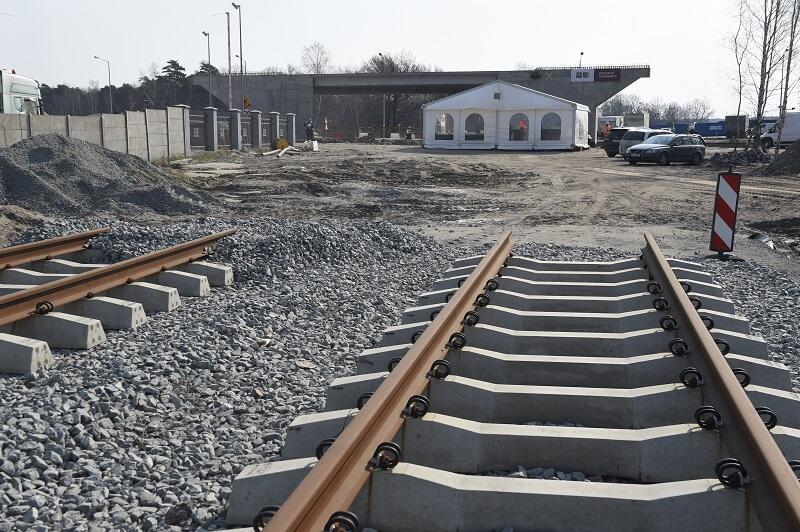 Rozbudowa układu drogowo-kolejowego prowadzona jest na rzecz Zarządu Morskiego Portu Gdańsk przez firmę NDI w Porcie Zewnętrznym na wyspie Stogi, pomiędzy ul. Sucharskiego, a terminalem kontenerowym DCT