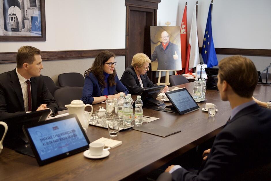 W czwartkowych rozmowach z przewodniczącymi klubów w RMG uczestniczyła prezydent Gdańska Aleksandra Dulkiewicz, Sekretarz Miasta Danuta Janczarek oraz Zastępca Prezydenta Gdańska Piotr Grzelak