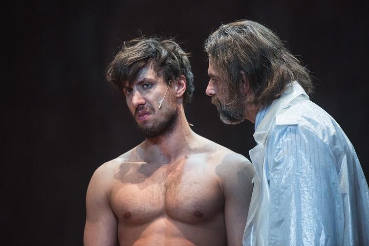 W spektaklu Marek Tynda zagra Tezeusza, a w rolę jego syna Hipolita wcieli się Jakub Nosiadek
