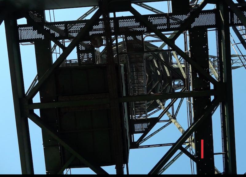 Dźwig ma ok. 30 metrów wysokości. Na jego szczyt prowadzą schody, dzięki którym w kilka minut, bez większego wysiłku, dostaniemy się na górę