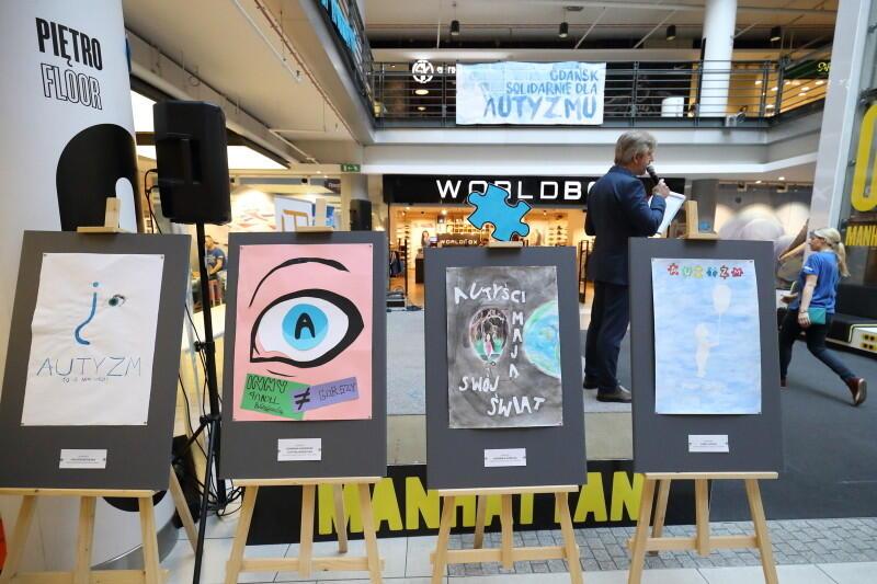 """Wystawę prac nadesłanych w konkursie """"Autyzm. Jestem bliżej"""" można oglądać do niedzieli, 7 kwietnia w Manhattanie"""