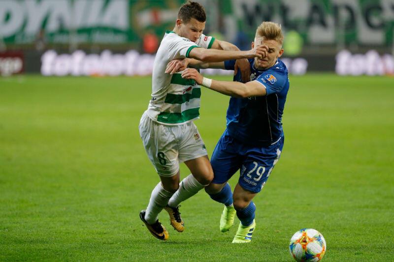 O piłkę walczą Michał Mak i Kamil Jóźwiak