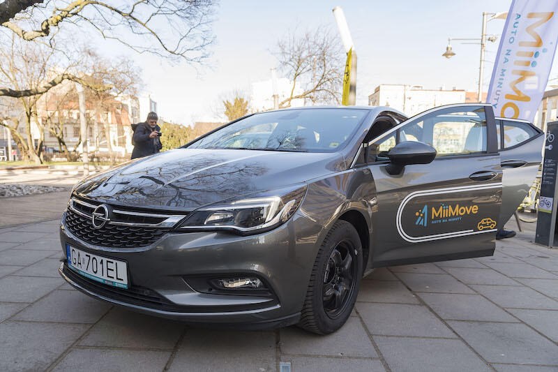 Użytkownicy aplikacji MiiMove korzystają z Astry Hatchback piątej generacji