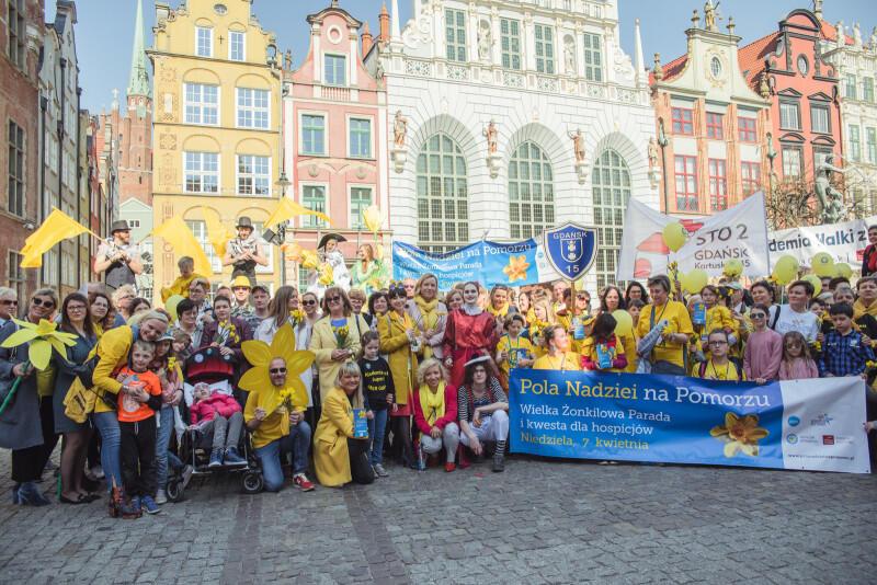Finał 8. edycji Pól Nadziei na Pomorzu zakończył się wspólnym zdjęciem, do którego pozowali wolontariusze, członkowie organizacji i stowarzyszeń, pracownicy hospicjów, samorządowcy, a także mieszkańcy i turyści, którzy przyłączyli się do parady