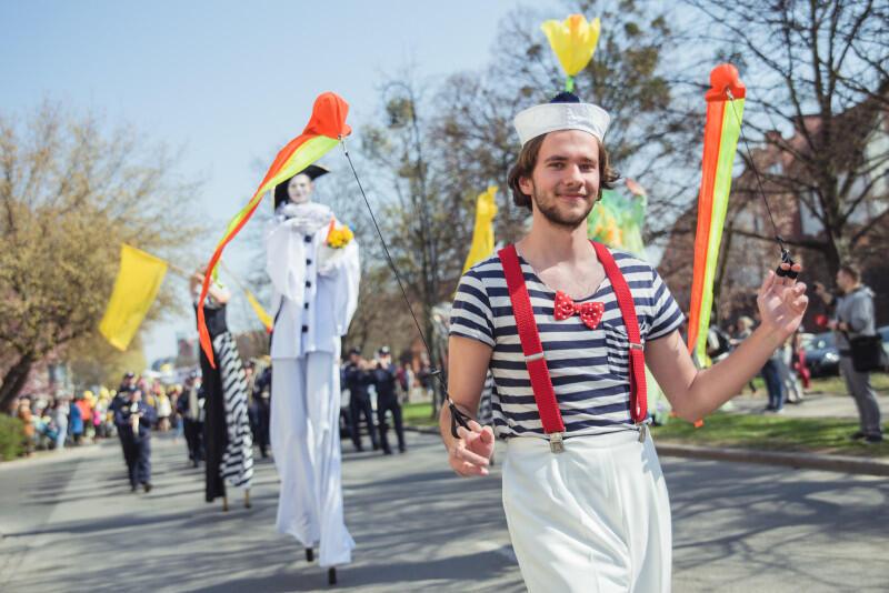 Żonkilowa Parada przeszła ulicami miasta w radosnym rytmie, wyznaczanym przez Orkiestrę Morskiego Oddziału Straży Granicznej i szczudlarzy z Teatru Feta