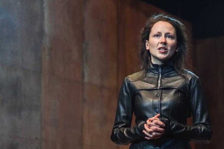 Katarzyna Dałek (Arycja) w zaledwie kilku scenach buduje pełnokrwistą postać