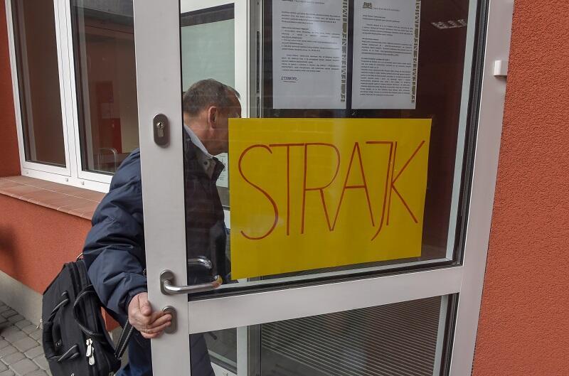 Wejście do I Liceum Ogólnokształcącego w Gdańsku, na 41 nauczycieli, strajkuje ponad 80 proc.