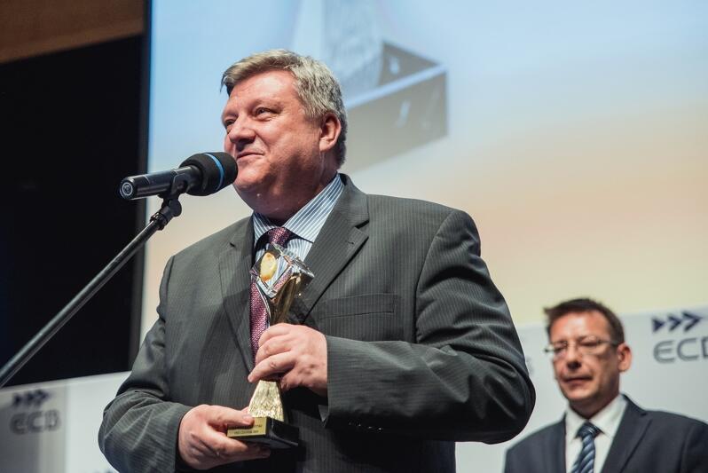 Jarosław Dybowski, dyrektor wykonawczy ds. energetyki w PKN Orlen odebrał statuetkę w imieniu koncernu