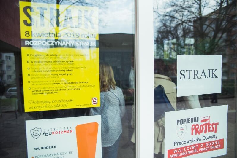 Protesty nauczycieli walczących o wyższe płace rozpoczęły się w całej Polsce w poniedziałek, 8 kwietnia. Nz. strajk w Szkole Podstawowej nr 58 w Gdańsku
