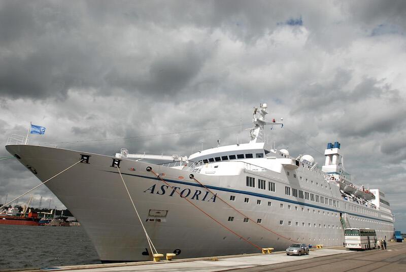 Astoria to najstarszy statek we współczesnej światowej flocie wycieczkowej. Został zwodowany w 1948 r. Uczestniczył w jednej z najsłynniejszych katastrof morskich w historii, przez co został nazwany przez włoską prasę  statkiem śmierci