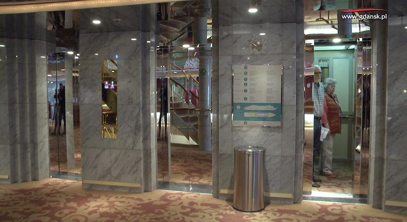 Wnętrza statków pasażerskich przypominają hotele. Pasażerowie mają do dyspozycji windy, recepcję, bary...