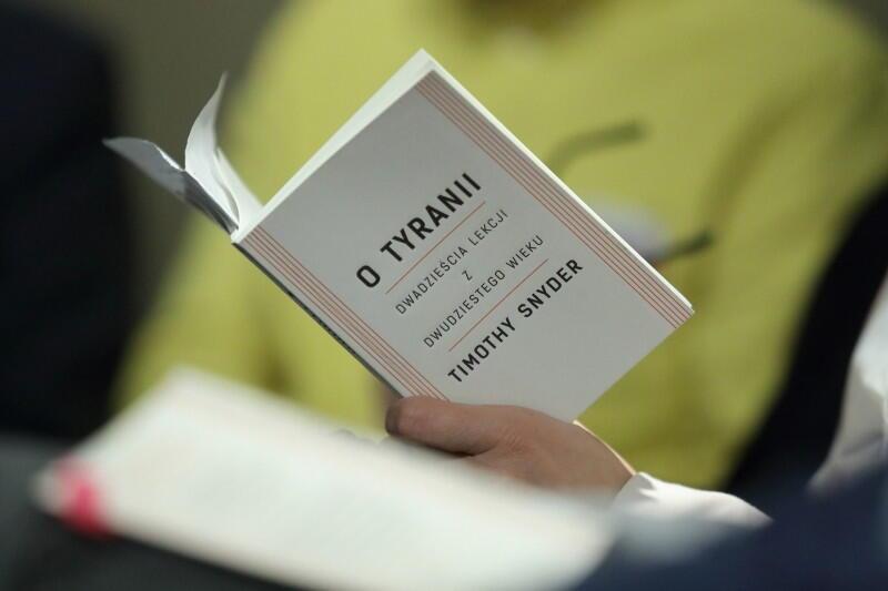 Esej prof. Timothy'ego Snydera O tyranii  to 20 wskazówek dla obywateli jak postępować wobec dyktatury państwa