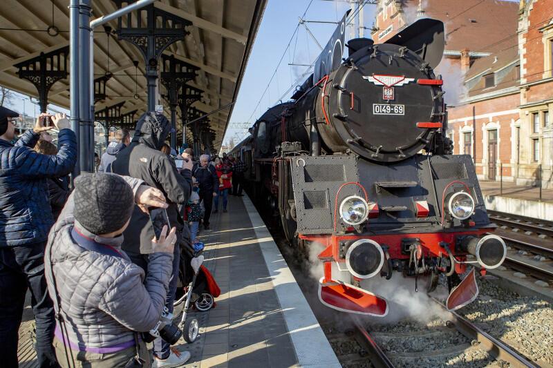 Sobota, 13 kwietnia, godz. 16.15, peron Gdańsk Główny PKP. Pociąg ciągnięty przez zabytkowy parowóz Ol 49-69 wyrusza w podróż do Kościerzyny