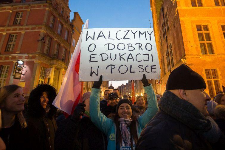 Manifestanci okazywali poparcie strajkującym i domagali się od rządu zmian w systemie edukacji