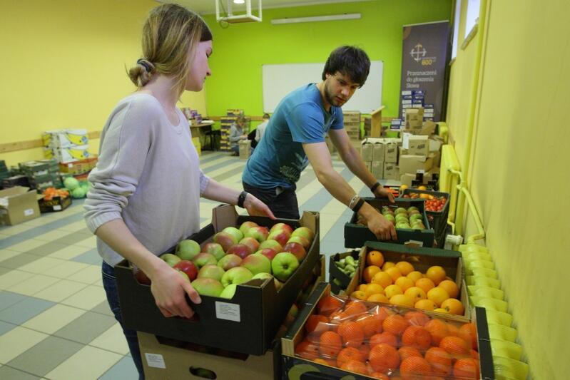 Owoce, środki czystości, niezbędne produkty - wszystko trafi do 600 paczek przygotowanych dla potrzebujących