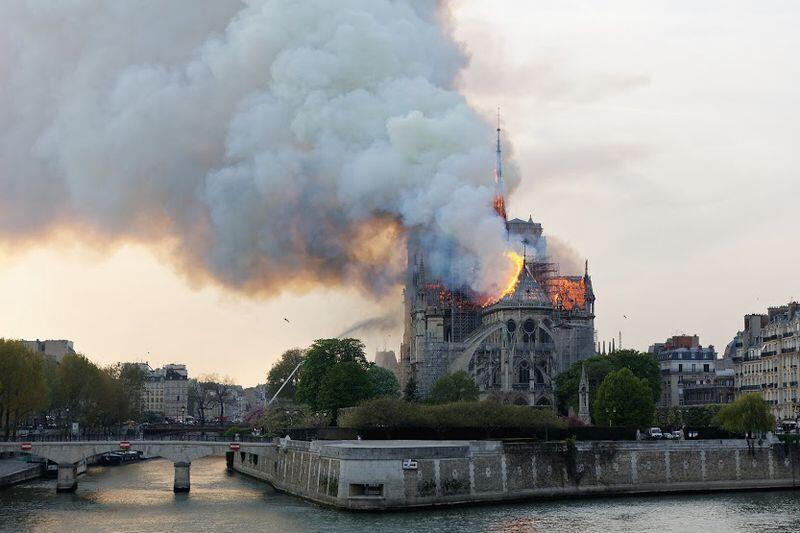 Ogień na dachu Notre Dame pojawił się w poniedziałek, 15 kwietnia, ok. godz. 19. W średniowiecznej katedrze prowadzano wtedy renowację iglicy nad nawą główną. Trawiona ogniem runęła iglica i dach świątyni - pożar ugaszono ok. godz. 4 nad ranem