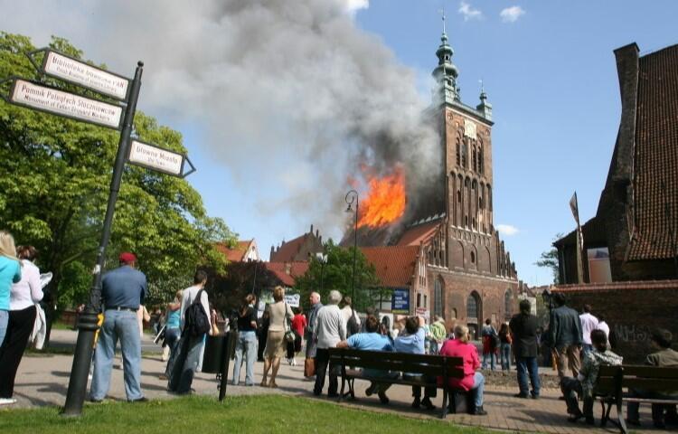 Sąd ustalił, że przyczyną wybuchu pożaru na dachu kościoła św. Katarzyny było zwarcie instalacji elektrycznej, spowodowane przez niesprawne narzędzia pozostawione przez jednego z dekarzy, remontujących dach świątyni