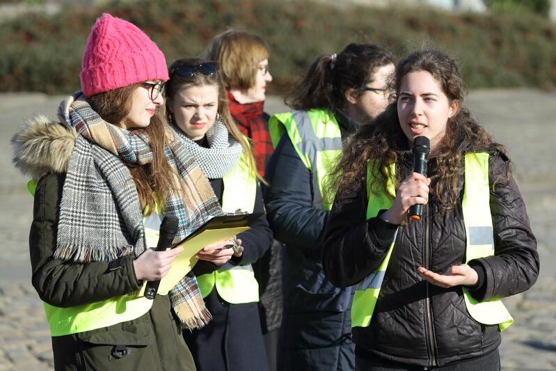 """Weronika Choińska (po lewej) powiedziała, że hasło przewodnie protestu brzmi: Wy uczycie nas, my wspieramy was"""""""