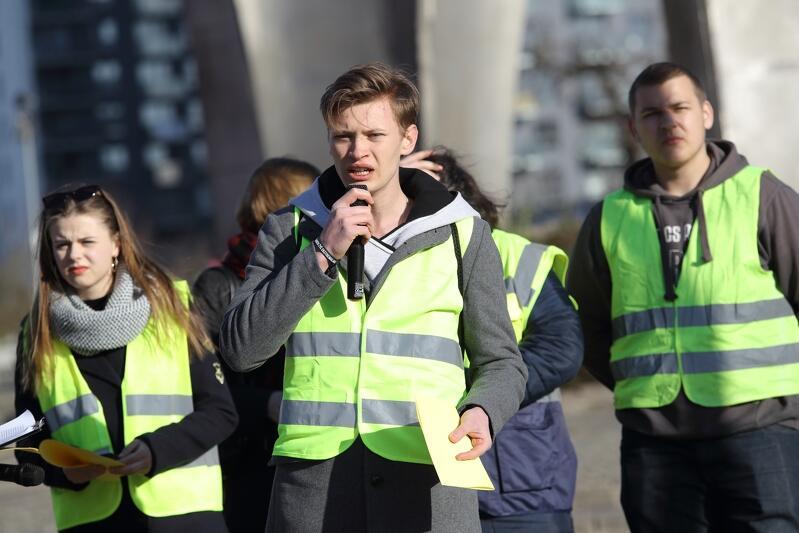 Konrad Rola (z mikrofonem) jest uczniem VIII Liceum Ogólnokształcącego w Gdańsku