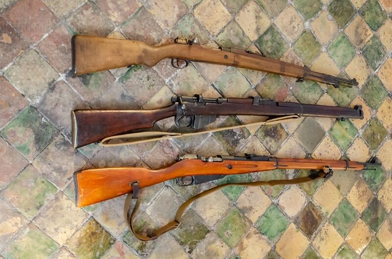 Od góry: belgijski Mauser 98 i rosyjski Mosin przekazane przez Wilhelma Wielanda. U dołu: brytyjski Lee-Enfield ze zbiorów Muzeum Gdańska