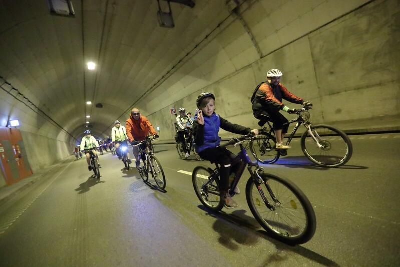 Każda okazja jest dobra, by wpuścić rowerzystów do Tunelu pod Martwą Wisłą - tym razem pod hasłem świętowania obecności w Unii