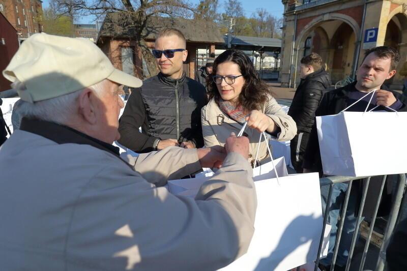 Prezydent Gdańska Aleksandra Dulkiewicz wsparła studentów w rozdawaniu paczek