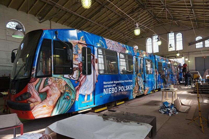 Tramwaj promujący zrekonstruowane `Niebo polskie` na krótko przed wyjazdem z zajezdni Gdańskich Autobusów i Tramwajów