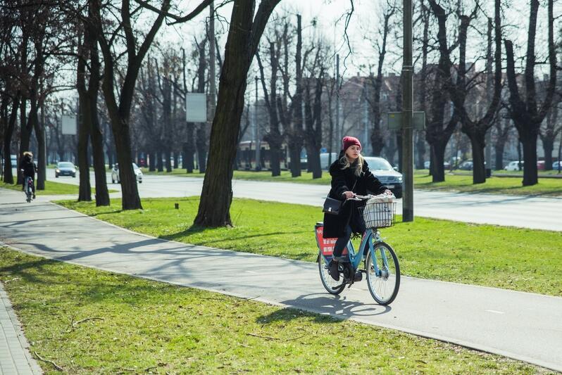 Użytkowniczka Mevo na drodze rowerowej wzdłuż al. Zwycięstwa