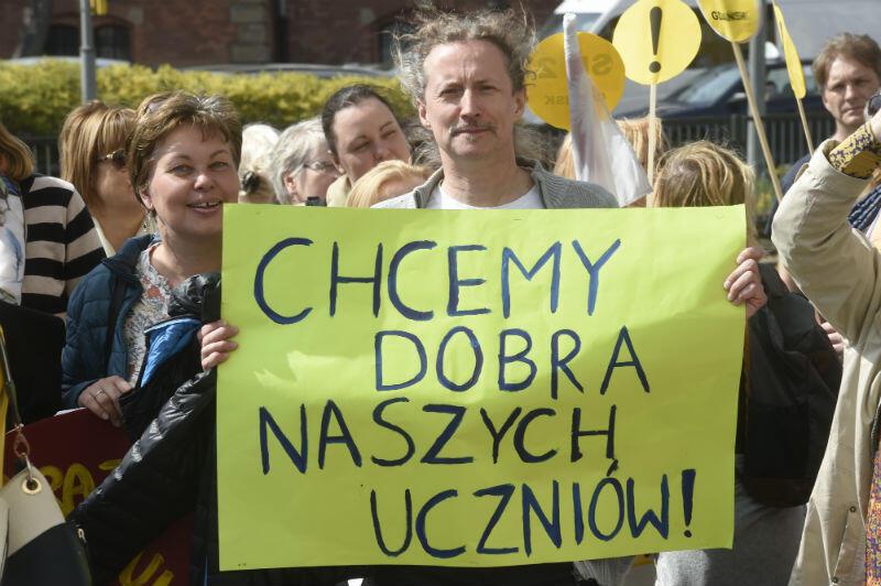 Kolumna protestujących przeszła ulicą Wały Jagiellońskie pod budynek Pomorskiego Kuratorium Oświaty