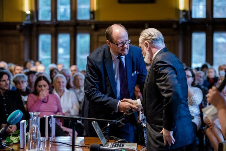 Podczas premiery ostatniej książki Srebrzysko  w 2016 roku Stefan Chwin odbierał gratulacje od prezydenta Pawła Adamowicza