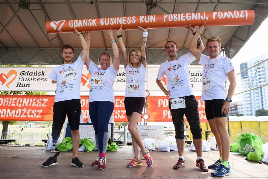 W latach 2017 i 2018 uczestnicy gdańskiego biegu zbierali pieniądze dla Marka Wesołowskiego, który po wypadku przeszedł amputację obu nóg na wysokości podudzi