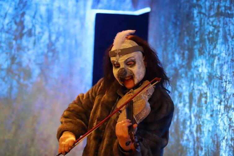 W warstwie wizualnej przedstawienie czerpie z teatru plastycznego, znajdziemy tu maski, elementy teatru dramatycznego i teatru tańca. Scenografię i maski zaprojektowała Iwona Bandzarewicz
