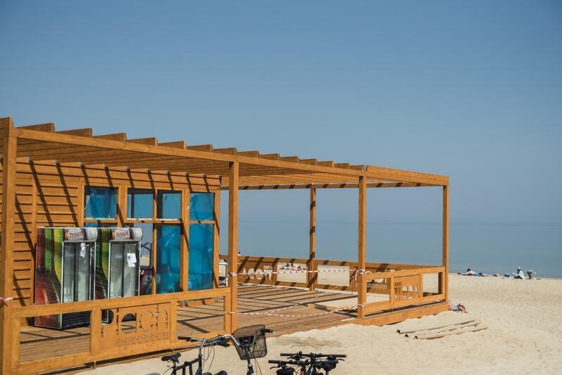 `Piach` i `woda` - takie hasła w oczywisty sposób kojarzące się z plażą zobaczymy na ogrodzeniach pawilonu