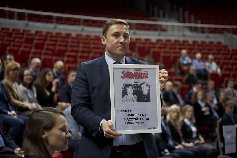 Piotr Borawski z-ca prezydenta Gdańska pokazuje jeden z plakatów wyborczych z czerwca 1989 r.
