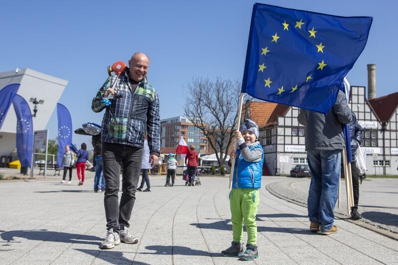 29 kwietnia 2019 r., Ołowianka - tego dnia gdańszczanie i gdańszczanki ułożyli żywą flagę Unii Europejskiej. Jak widać były także `zwykłe` flagi