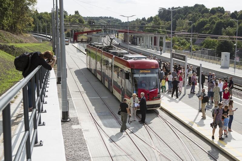 Pierwszy tramwaj na przystanku przy stacji PKM Brętowo