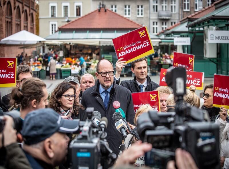 Gdańsk, okolice Hali Targowej, 2 listopada 2018 roku. Ostatni dzień kampanii wyborczej Pawła Adamowicza