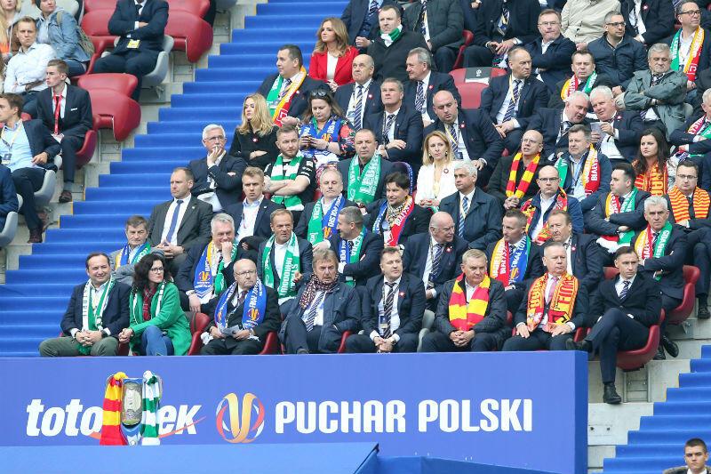 Trybuna honorowa na stadionie PGE Narodowy. W pierwszym rzędzie od lewej: prezes Lechii Adam Mandziara i prezydent Gdańska Aleksandra Dulkiewicz