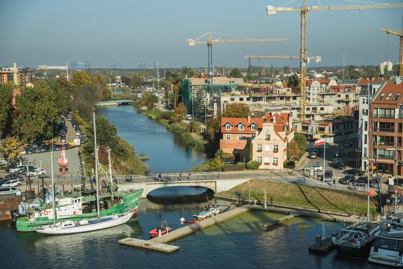 6e8e1fe9210c93 Na pierwszym planie fragment gdańskiej mariny, kładka prowadząca do  Filharmonii Bałtyckiej, w tle budowane
