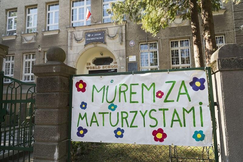 `Murem za maturzystami` - nauczyciele III LO w Gdańsku nawiązują do plakatu, na którym uczniowie wyrazili swoje poparcie dla strajku w oświacie