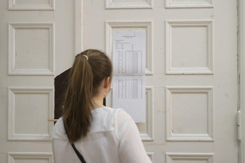 Egzamin maturalny potrwa od 6 do 25 maja. Pierwszego dnia maturzyści w całej Polsce zdawali język polski pisemny na poziomie podstawowym i rozszerzonym - nz. maturzystka z gdańskiej Topolówki