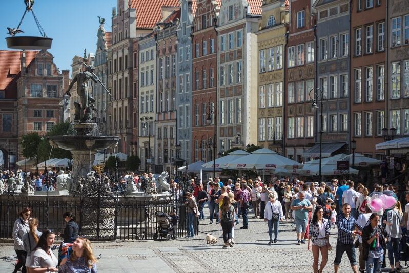 Czy różni się turysta od odwiedzającego? Turysta choć jedną noc spędził w naszym mieście. Odwiedzający wizytował Gdańsk, ale bez noclegu. Natomiast pierwsi i drudzy to goście