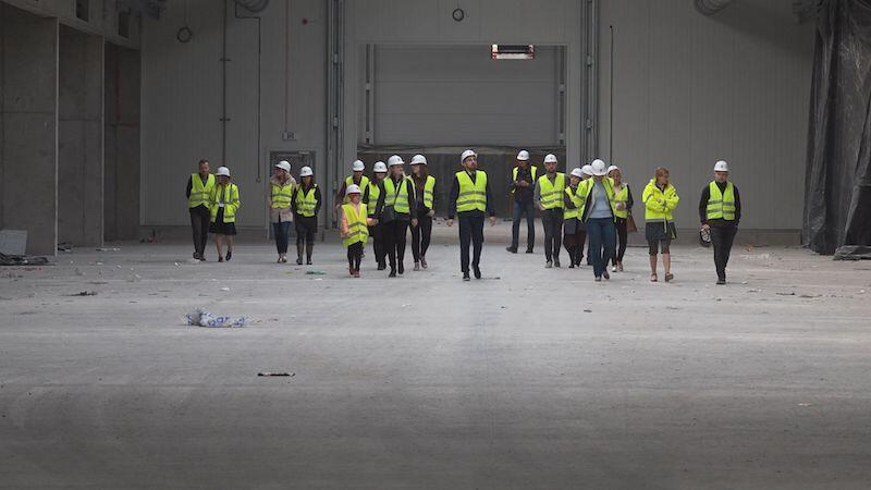 Wielki budynek o łącznej kubaturze 80 tys. m3 i powierzchni prawie 14 tys. mkw - można go porównać do dwóch boisk piłkarskich - oto hermetyczna kompostownia, którą wizytowali uczestnicy programu Szanuję - segreguję