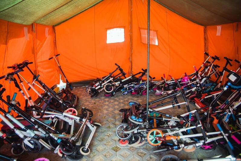Szkoła Podstawowa nr 24 w Gdańsku w maju oferuje uczniom specjalny namiot do zaparkowania hulajnóg...