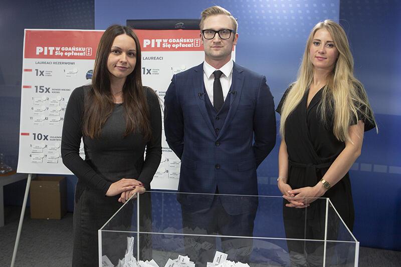 Od lewej: Natalia Gawlik - Gdańsk.pl, Mikołaj Ptak i Paulina Krawczun - przedstwiciele firmy Playprint - organizatora loterii