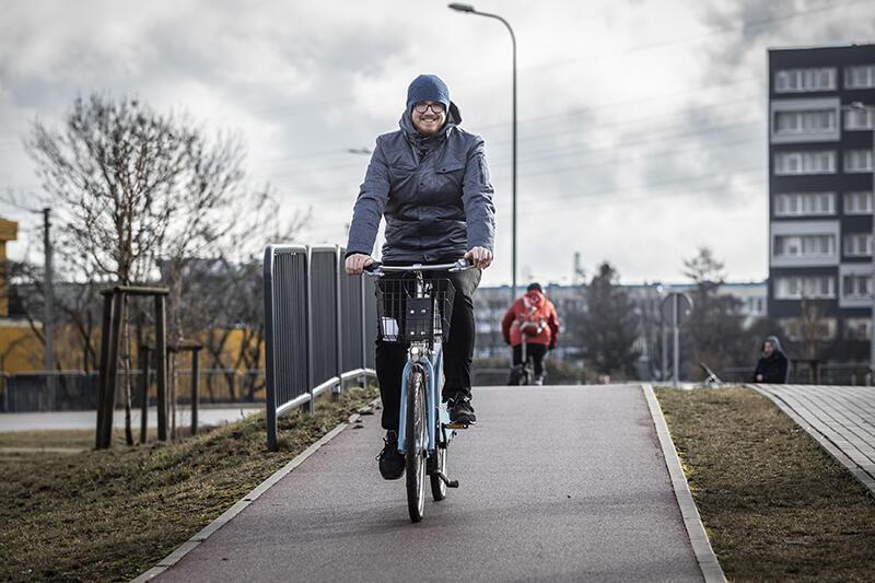 Dominik Makurat specjalista ds. promocji systemu roweru metropolitalnego MEVO podczas testów pierwszej partii jednośladów