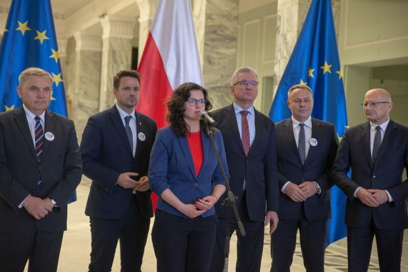 Prezydent Aleksandra Dulkiewicz podczas konferencji prasowej w sprawie Marszu dla Europy. Od lewej stoją: Tadeusz Truskolaski (prezydent Sopotu), Rafał Trzaskowski (prezydent Warszawy), Jacek Jaśkowiak (prezydent Poznania)