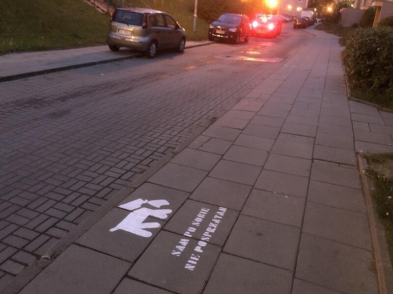 Malowany komunikat z pieskiem zobaczyć można także przy ul. Szopińskiego...