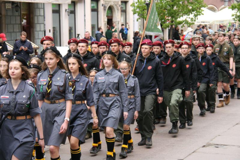Uroczysty przemarsz drużyn harcerskich z Długiego Targu do Muzeum II Wojny Światowej