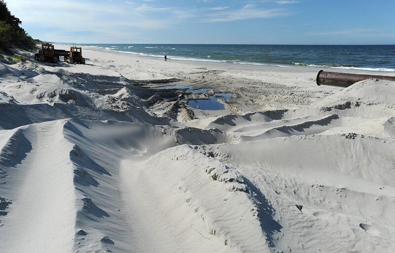 Zdjęcie z refulacji zniszczonej przez sztorm plaży prowadzonej przez Urząd Morski w Gdyni na Półwyspie Helskim między Kuźnicą i Jastarnią (maj 2009 r.)